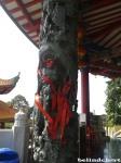 ini salah satu pilar di pagoda, unik karena ada ukirannya